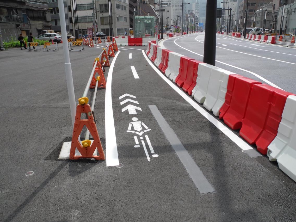 自転車の 車道 自転車 狭い : 新虎通りの自転車レーンとポン ...