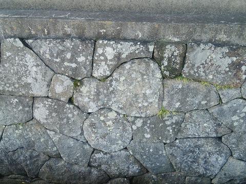 瓢箪形の石を埋め込んだ石垣