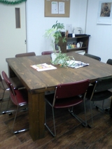 ダンの手作りテーブル。レッスン前後の待合スペースにあります。