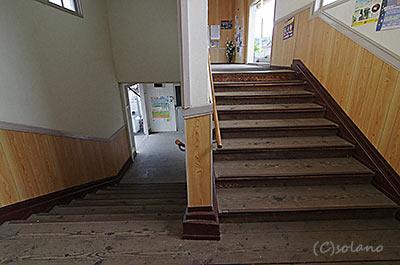 尾奈駅、駅舎内の階段
