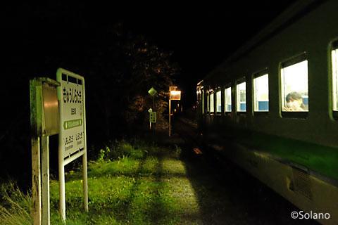 夜の旧白滝駅、白滝駅の列車が入線。