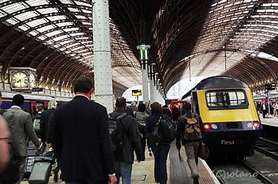 パディントン駅、列車に向かう人々