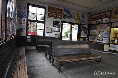 遠州森駅、待合室の木製ベンチ