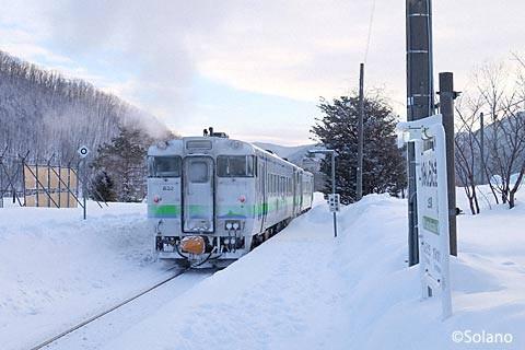 上白滝駅を出発する石北本線下り4621D列車