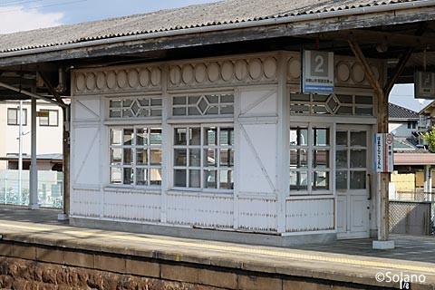 浜寺公園駅、1・2番線上にある待合室。