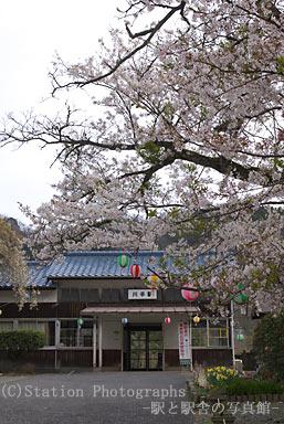 川平駅・駅舎と桜