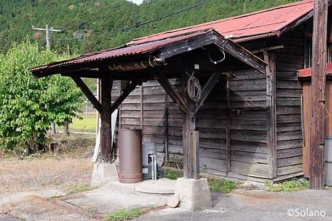 長良川鉄道・深戸駅、古井戸の木造上屋