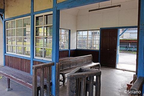 長良川鉄道・深戸駅の木造駅舎、ホーム側。