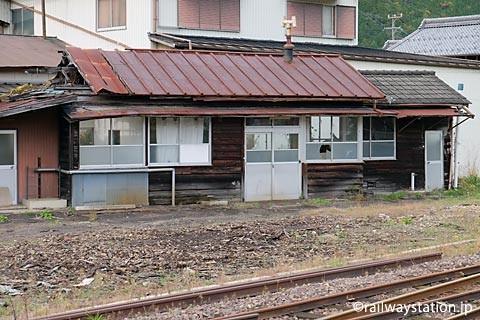 大矢駅、側線ホーム近くの木造建築物