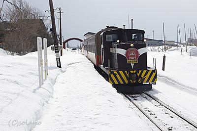 津軽飯詰駅に入線しする津軽鉄道ストーブ列車