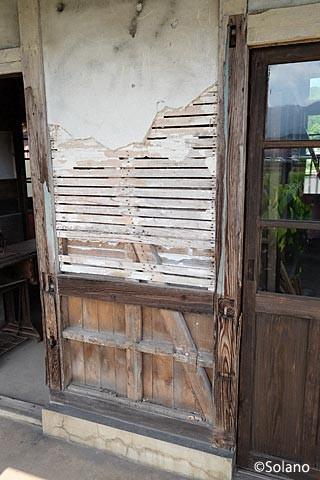 肥前長野駅駅舎、傷み剥がれた外壁。