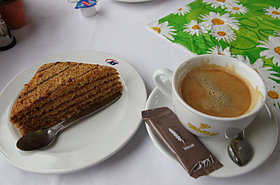チェコ鉄道食堂車、デザートのケーキとエスプレッソ