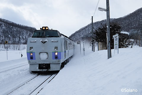下白滝駅を通過する特急オホーツク3号