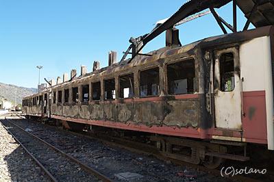 トゥア駅構内、黒こげになった客車
