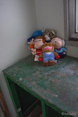 幌糠駅待合室に置かれたぬいぐるみ