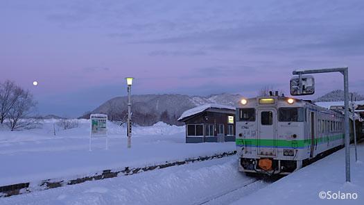 早朝の上川駅、下り普通列車4621Dのキハ40形気動車