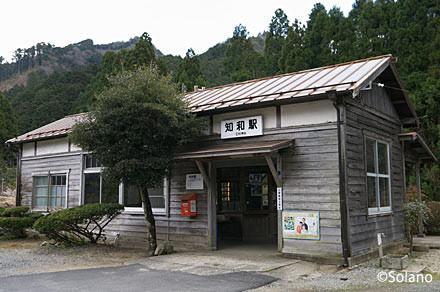 因美線・知和駅。素朴で味わい深い木造駅舎