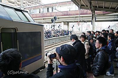 急行きたぐに到着を迎える鉄道ファン