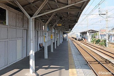 浜寺公園駅3番線、木の壁と古レールの柱。