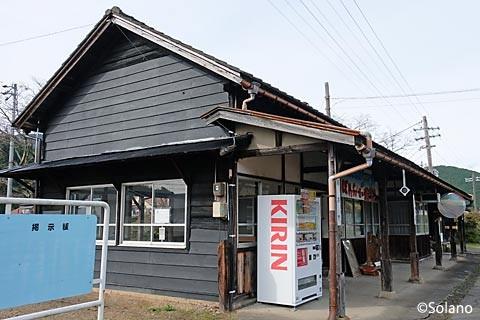 大矢駅の木造駅舎、側面とホーム側