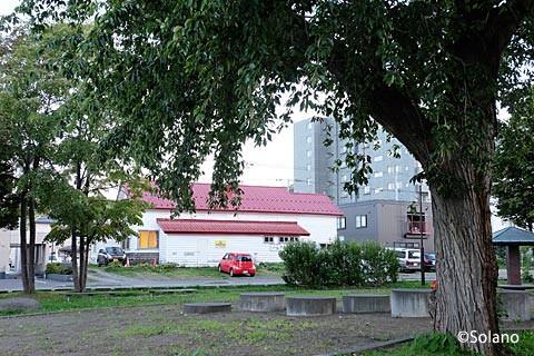 旧石切山駅駅舎を近く公園から。