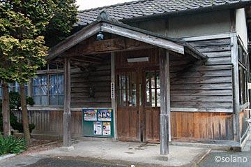 姫新線、岩山駅の木造駅舎