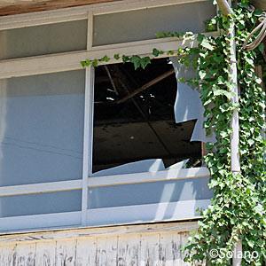 崎山駅駅舎、割れた2階部分窓と天上