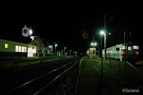 夜の白滝駅駅舎と構内、遠軽行き列車