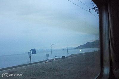 急行きたぐにの夜明け。車窓に広がる日本海。