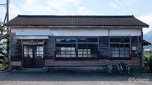 肥前長野駅、古色蒼然とし過ぎ廃墟のようになった木造駅舎
