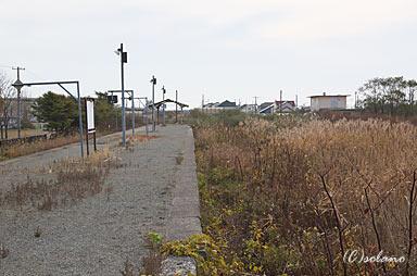 日高本線、勇払駅プラットホームと構内