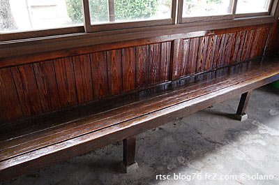 八川駅、待合室の長椅子。