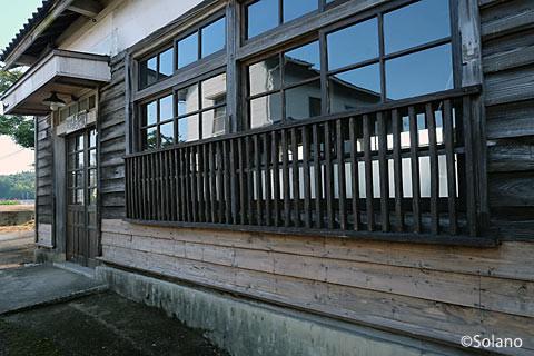 外壁が改修された肥前長野駅駅舎。