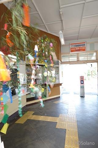 JR九州・筑肥線、浜崎駅の入口に飾られた七夕飾り。