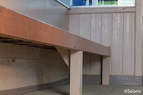 越後岩沢駅、作り付けベンチと木の壁面。