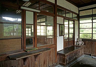 山陰本線・湯里駅旧駅舎、出札口と手小荷物窓口跡
