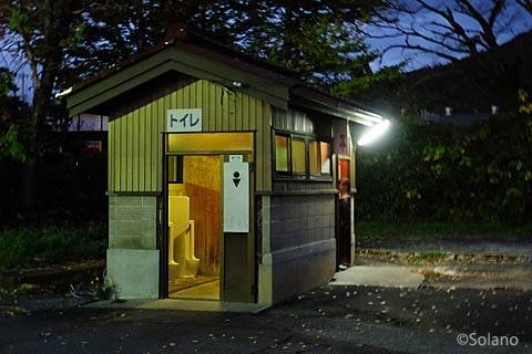 長良川鉄道・美濃市駅、古い木造トイレ