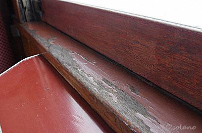 津軽鉄道ストーブ列車・オハフ33、木の窓枠。