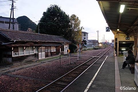 長良川鉄道・美濃市駅プラットホームと詰所