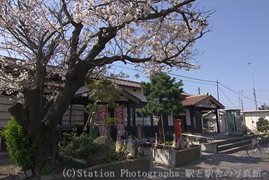 御来屋駅・駅舎と桜