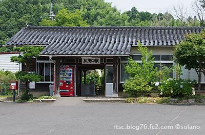 木次線、加茂中駅の木造駅舎。