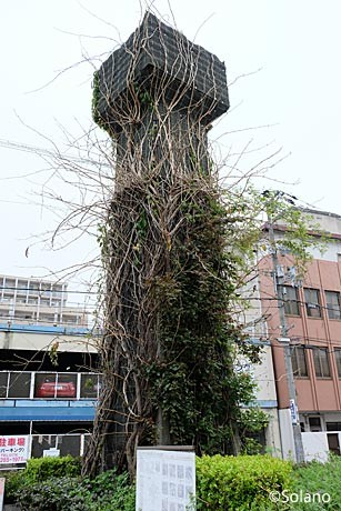 姫路モノレール廃線跡、緑化された橋脚。