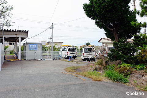 神町駅、枯池(池庭跡)と仮駅舎
