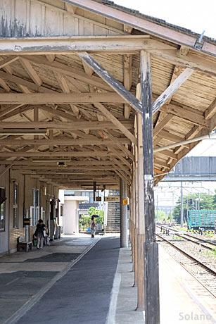 牛久保駅プラットホームと木造上屋