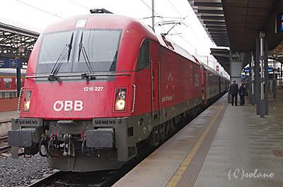 プラハ発ウィーン行特急を牽引するオーストリア連邦鉄道の電気機関車