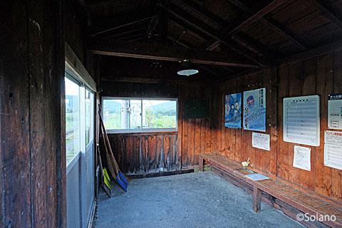 石北本線・旧白滝駅、木造待合室の内部。
