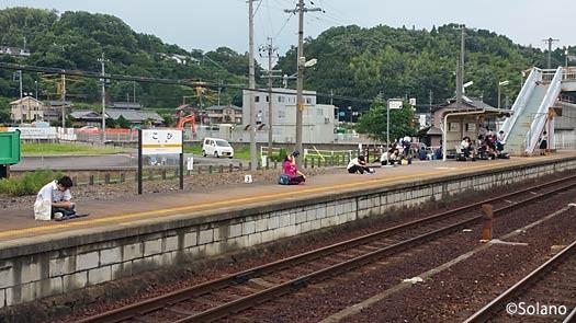 古井駅下りホーム、列車を待つ乗客達