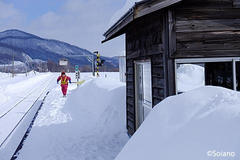 旧白滝駅、雪かきをする地元の人