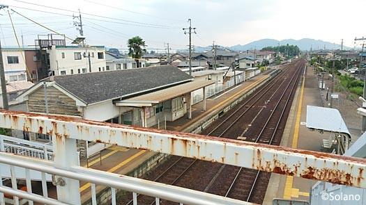 古井駅、跨線橋から駅舎やプラットホームを見渡す