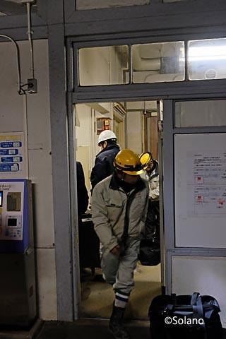 浜寺公園駅、引退準備をする作業員